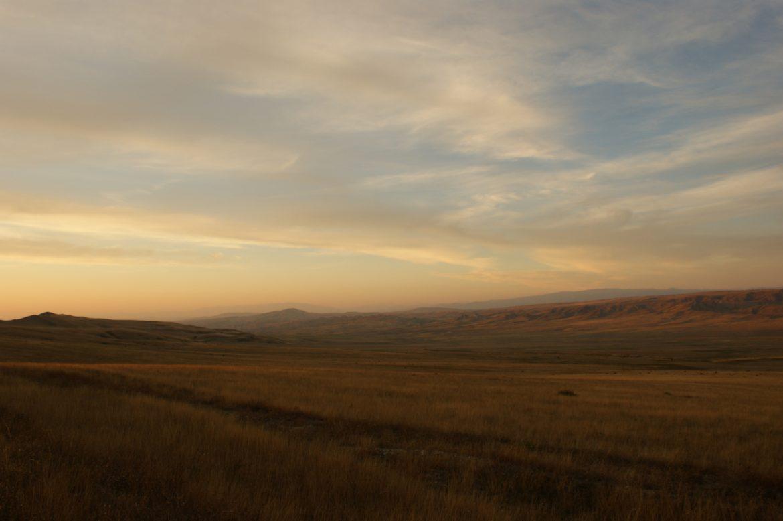 Landschaft um das Dorf bei Sonnenuntergang