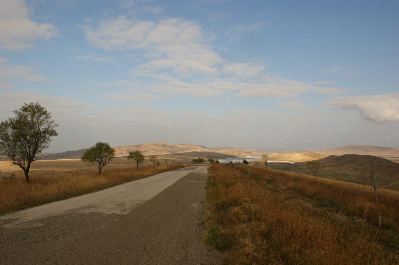 Straße ins Dorf