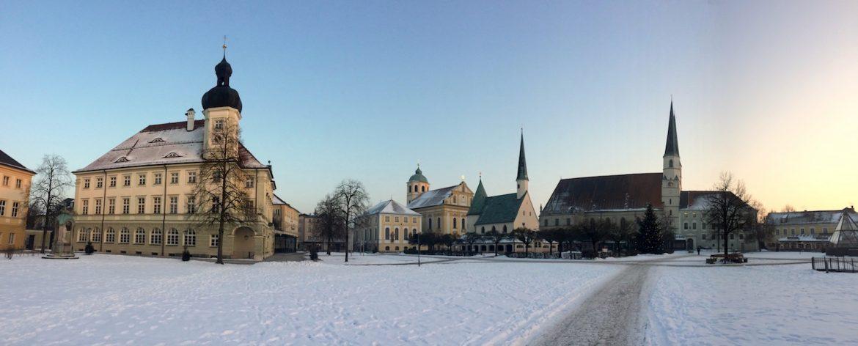 Altötting: Kapellplatz mit Rathaus, St. Magdalena, Gnadenkapelle und gotische Stiftspfarrkirche