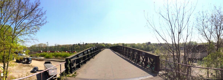 Brücke über den Güterbahnhof zum Wald (Eingang von der Südstadt)