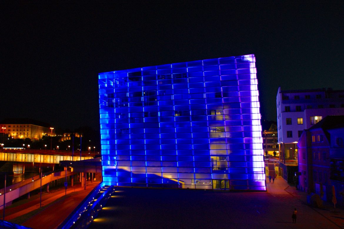 Linz: ARC Electronica Center in blau