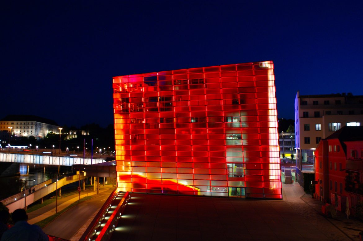 Linz: ARC Electronica Center in rot