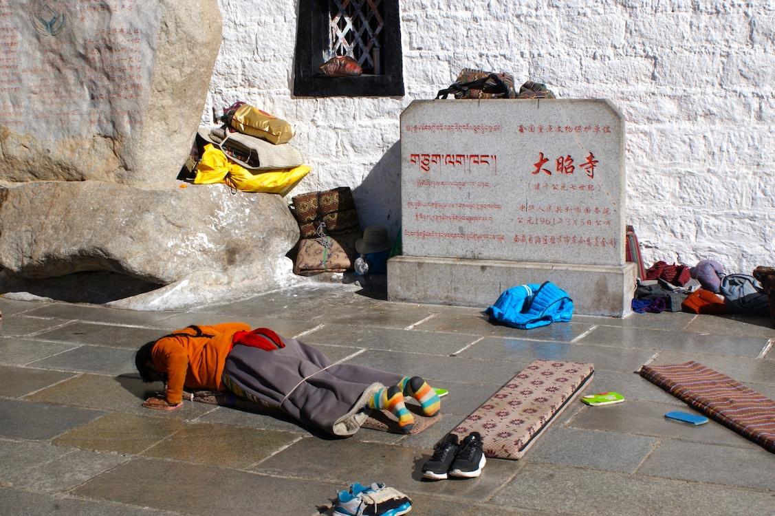 Tibet: betende Pilgerin