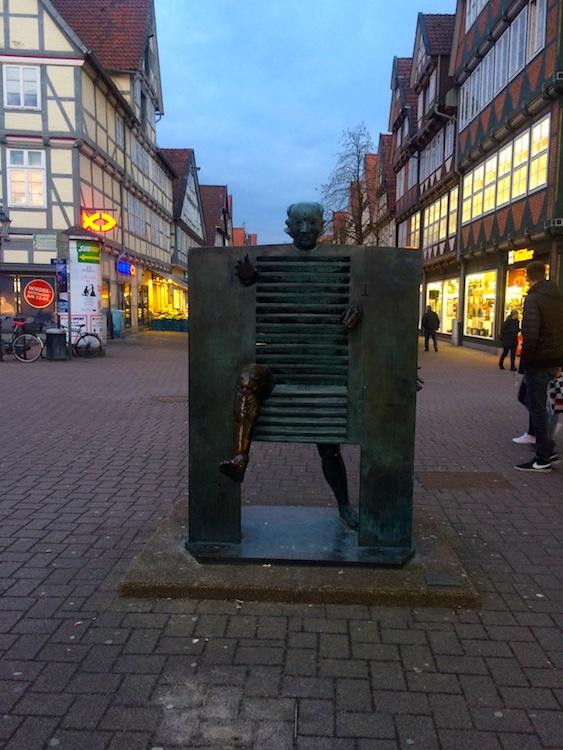 """Bronze-Skulptur des franz. Künstlers Jean Ipousteguy---""""Ein Mann stößt durch die Pforte..."""""""