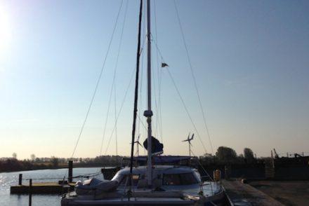 Der Katamaran Eos im Hafen.
