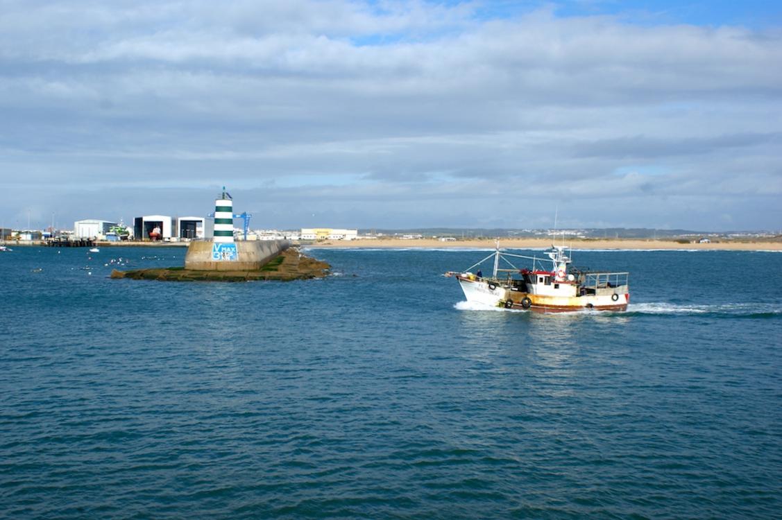 Peniche: Boot fährt in den Hafen ein
