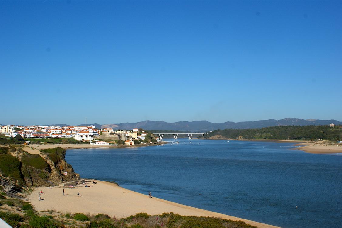 Vila Nova De Milfontes: Blick auf den Strand und die Ortschaft (Portugal)